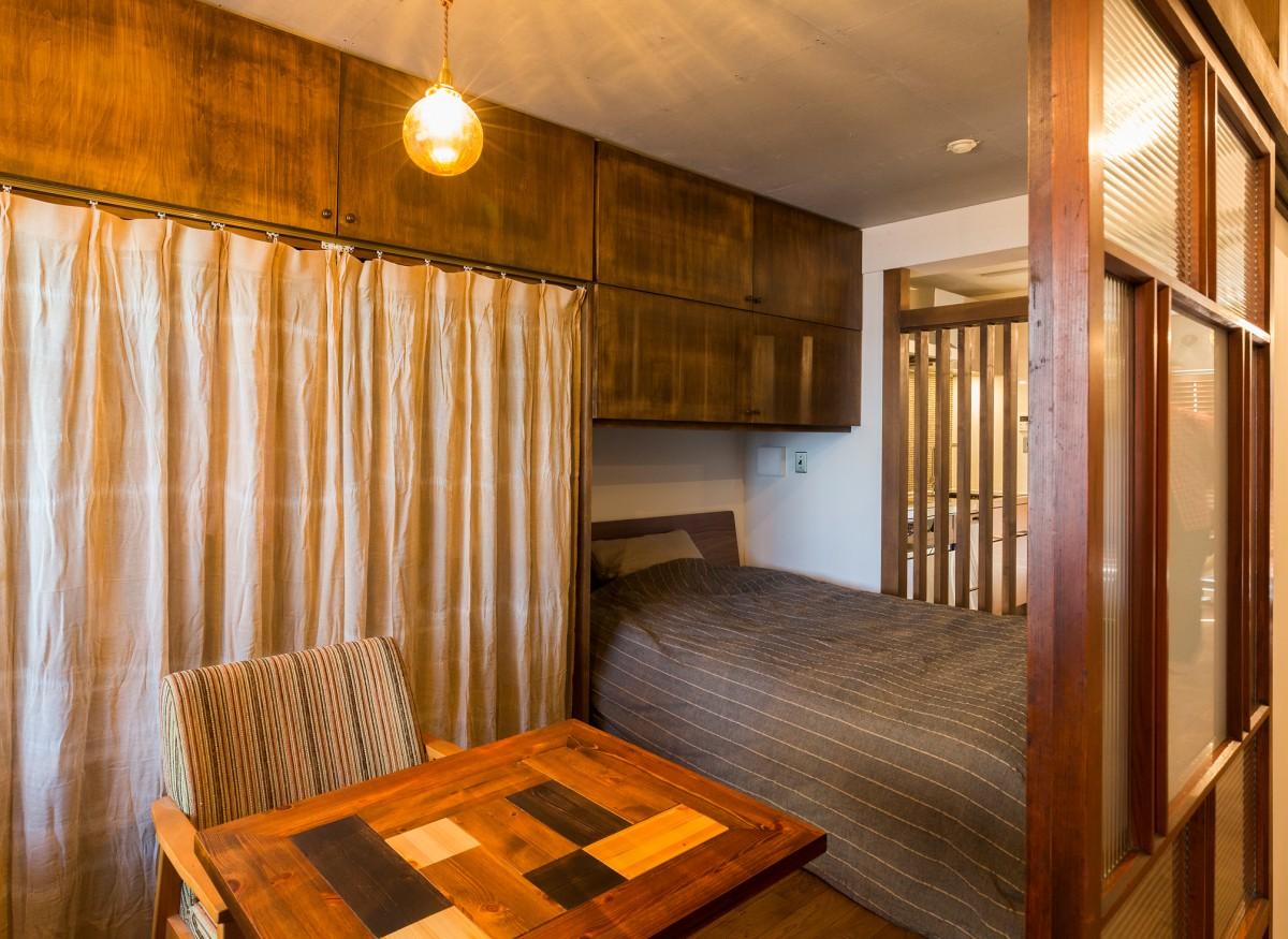 レトロモダンの空間に似合う寝室の収納棚