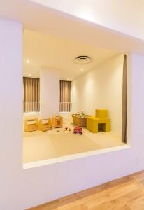小上がりを活用するメリット・デメリット:小上がりのあるリビング。畳で仕上げると和室のような雰囲気に
