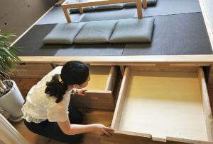 フローリングの部屋につくった、床下収納のある畳の和室風小上がりスペース