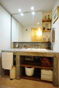 モルタル仕上げの洗面所