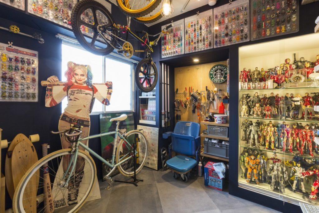 自転車とコレクションのある玄関土間