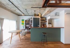 リノベーションでホームプロジェクターを設置したキッチン・ダイニング