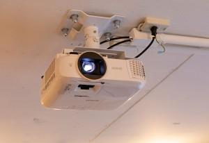 天井に取り付けたEPSONのホームプロジェクター