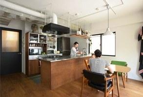 お気に入りの家具に似合うキッチンと、ボルダリングのある子育て空間