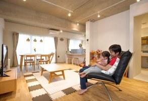 【リノベーション事例】玄関の室内窓がもたらす、明るい陽射しと家族のつながり