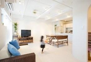 お気に入りの家具にも溶け込む、サーフサイド風の子育て空間