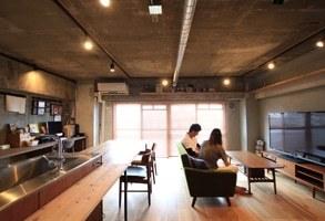 無垢材やコンクリートで素材を楽しむ、キャットウォークのある住まい
