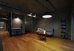 混在する色と素材と空間をつなぐ青い大黒柱