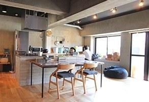 シンボルはカフェ風キッチン。家族の気配と光が届く明るい住まい。