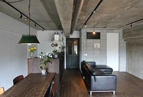 木とコンクリートが調和する家