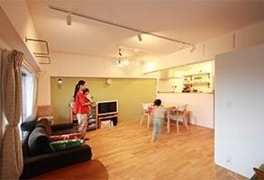 優しいグリーンと無垢材のぬくもり。子供とナチュラルに暮らす家