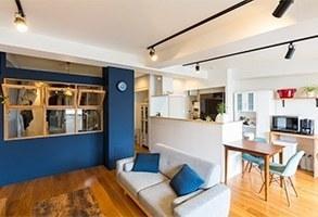 ネイビー&ウォルナットカラー塗装のコントラスト空間