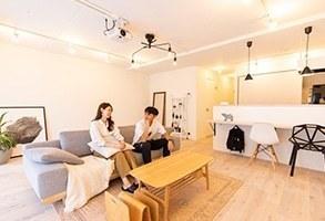 撮影スタジオのような白いシンプルな家