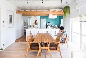 パーゴラのあるキッチンと小さなサロン