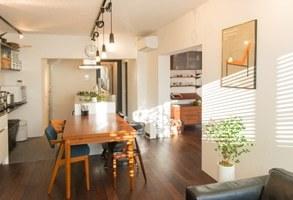 家族が集まる空間と、壁面に映り込む色、暮らし。