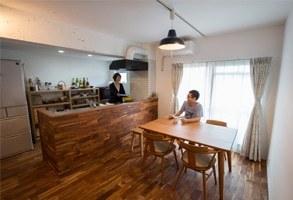 フローリングとキッチンが調和した、畳の小上がりがある家