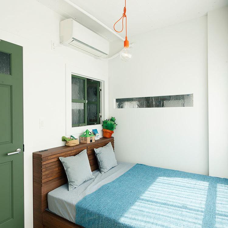 室内窓を設けたベッドルーム。風と光を通す快適な空間 ※現在ベッドの設置は無し
