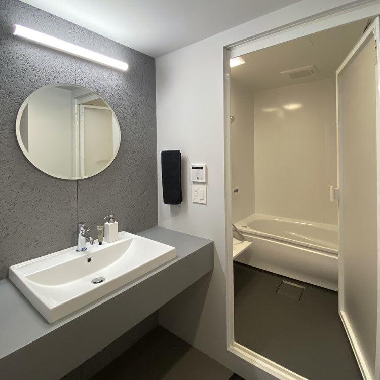 浴室、洗面スペースもモノトーンカラーでモード系に